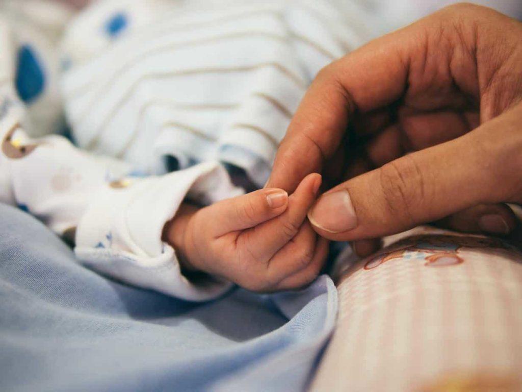 aditya romansa 5zp0jym2w9M unsplash Guía gratuita prestaciones maternidad y paternidad